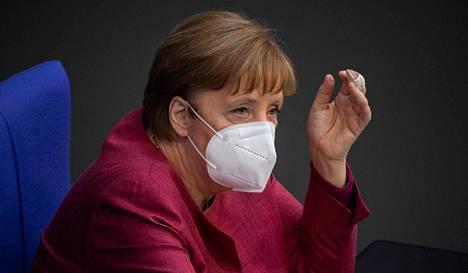 Liittokansleri Angela Merkel osallistui keskiviikkona liittopäivien kokoukseen jossa hätäjarruksi nimetystä tartuntatautilaista äänestettiin.