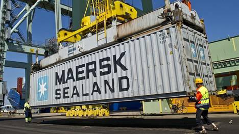 Satamassa oleva kontti kuvastaa vientiteollisuutta, mutta teollisuusyritysten vienti sisältää nykyään paljon palveluja.
