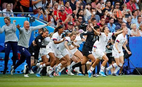 USA:n pelaajat ryntäsivät kentälle ottelun loputtua.