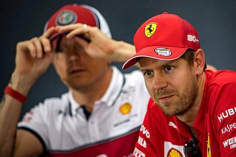 Alfa Romeon Kimi Räikkönen (vas.) ja Ferrarin Sebastian Vettel osallistuivat viime kaudella lehdistötilaisuuteen Hockenheimin kisaviikonlopun yhteydessä.