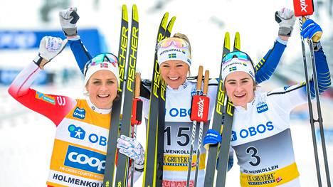 Holmenkollenin lauantain kilpailun kärkikolmikko: toiseksi sijoittunut Therese Johaug (vas.), voittaja Frida Karlsson ja kolmonen Ebba Andersson.