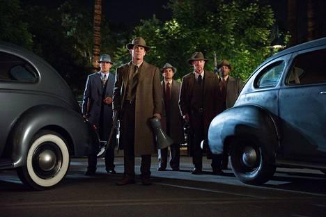 Poliisin erikoisryhmän väkeä: Jerry Wooters (Ryan Gosling, vas.), John Omara (Josh Brolin), Navidad Ramirez (Michael Peña), Max Kennard (Robert Patrick) ja Coleman Harris (Anthony Mackie).