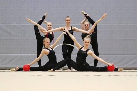 Amanda Virkkunen (vasemmalla takana), Ada Oikari, Mila Närevaara, Elisa Liinavuori (vasemmalla edessä) ja Emma Rantala valmiina harjoituksiin Mäkelänrinteen uimahallin palloilusalissa.