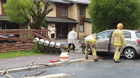 Auton törmäys lauta-aitaan kaatoi myös rivin postilaatikoita.