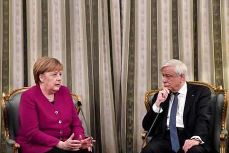 Saksan liittokansleri Angela Merkel ja Kreikan presidentti Prokopis Pavlopoulos keskustelivat Ateenassa perjantaina.