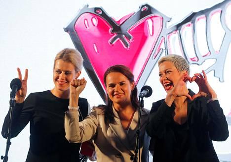 Veranika Tsapkala (vas.), Svjatlana Tsihanouskaja ja Maria Kalesnikava esiintyivät yhdessä presidentinvaalien kampanjatilaisuudessa Minskissä 30. heinäkuuta.