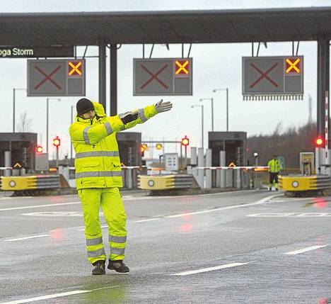 Malmössä ruotsalainen liikenteenvalvoja opasti Juutinrauman sillalle yrittäneitä autoja kääntymään, koska Tanskaan vievä silta oli suljettu.