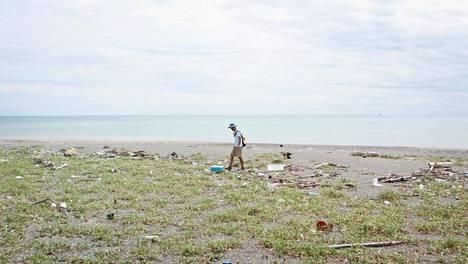 Japanilainen Shige haravoi Tyynenmeren rantoja Aichin prefektuurissa Koijigahaman rannalla.