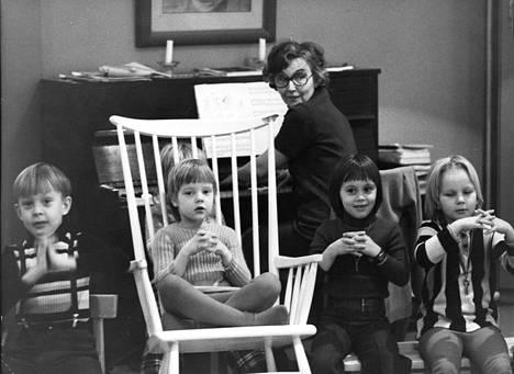 Ebeneser-päiväkodin lapsia ja johtaja Elina Mikkonen vuonna 1975.