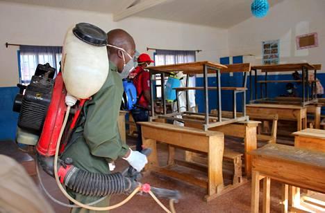 Kunnan työntekijät desinfioivat alakoulun luokkahuonetta lokakuun alussa Antananarivossa. Kouluja on suljettu keuhkoruttoepidemian vuoksi.