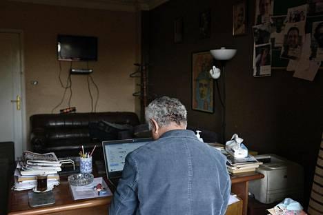 Gamal Eid muutti toimistonsa Kairon keskustasta syrjäisemmälle seudulle Maadiin, koska vanha toimisto oli toistuvasti hyökkäysten kohteena. HS haastatteli häntä etäyhteyden välityksellä.