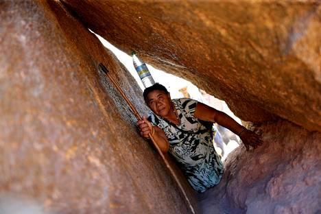 Matilde Madalena de Jesus ryömii kallioluolassa kantaen vesipulloa päänsä päällä. Hän osallistuu vuosittaiseen Romaria dos Finados (kuolleiden pyhiinvaellus) -tapahtumaan Juazeiro do Norten kaupungissa Brasiliassa.