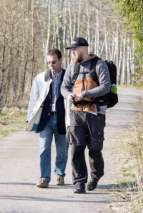Finnoon projektinjohtaja Kimmo Leivo (vas) ja luontokuvaaja Tuomas Heinonen ovat olleet paljon tekemisissä Finnoon rakentamisen ja Suomenojan lintualtaiden takia.