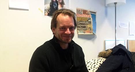 Teppo Sillantaus käsikirjoitti Naisen kanssa -sarjakuvaa.