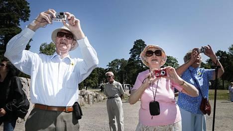 Turistit saapuivat bussilasteittain Sibelius-monumentille kesällä 2013. Britanniasta matkustaneet Audrey ja Kenneth Lane kertoivat kuvaavansa kilpaa lomallaan.