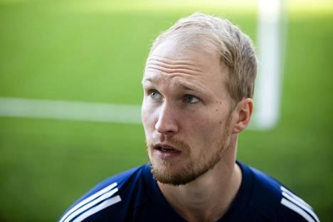 HJK:n tuore hankinta Valtteri Moren seurasi HJK–KuPS-ottelua katsomon puolelta.