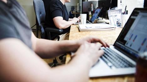 Asiantuntijoiden mukaan monia tietotyöläisiä vaivaavat samat asiat: työn suunnittelun puute ja sen hyväksyminen, että tarvitsemme myös luppoaikaa, palautumista ja unta.