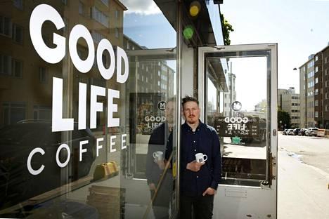 Yrittäjä Lauri Pipinen kahvilansa ovella vuonna 2015.