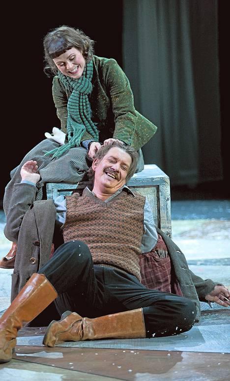Santeri Kinnusen esittämä Juhani Aho ihastuu vaimonsa siskoon Tillyyn, jota esittää Lotta Lindroos.