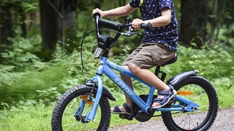 Uusi tieliikennelaki astuu voimaan ensi viikolla. Osa muutoksista koskee myös pyöräilijöitä.