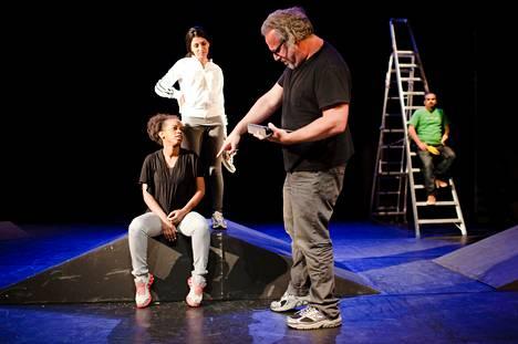 Palestiinalaisnuoret Mariam abu Khaled ja Batoul Taleb israeliaisohjaaja Udi Alonin harjoituksissa Kansallisteatterissa sunnuntaina. Taustalla oikealla Adi Khaleda.
