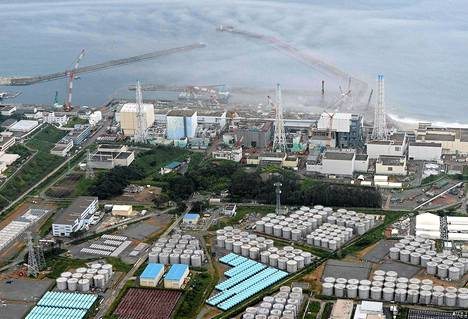 Fukushiman ydinvoimalan tontille on kertynyt suuri määrä valkoisia vesitankkeja, joissa säilytetään radioaktiivista jäähdytysvettä.