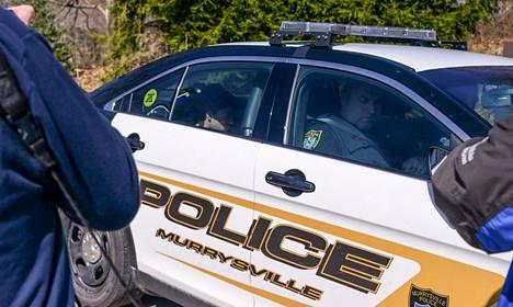 Poliisi vei puukotuksista epäillyn nuoren miehen poliisiaseman kautta sairaalahoitoon keskiviikkona Murrysvillessä Pennsylvaniassa.