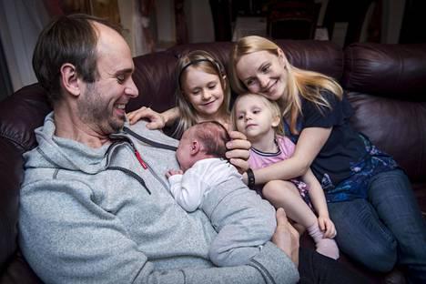 Rael Teppan on Sten Teppanin (vas) neljäs, ja Grethen Kuusikin kolmas lapsi. Isosiskot Grettel (vas.) ja Mariel odottavat illallista.