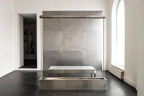 Johanna Ilvessalo: Handle with care, 2020, metalli, lasi, tekstiili, veden liike.