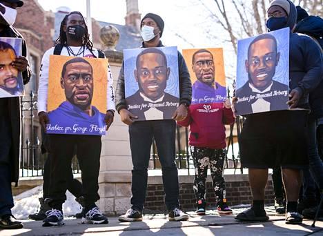 Mielenosoittajat kantoivat George Floydin ja Ahmaud Arberyn kuvia lauantaina Saint Paulissa Minnesotassa ennen maanantaina alkavaa oikeudenkäyntiä.