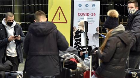 Lennoilta saapuvia matkustajia Helsinki-Vantaan lentoasemalla tammikuussa.