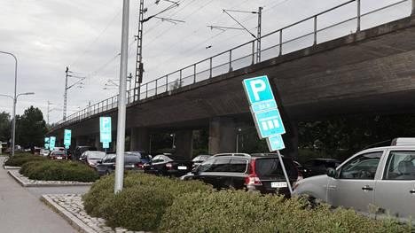 Kannelmäen asemalla voi jättää auton pitkäaikaispysäköintiin maksutta.