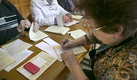 Vaalilautakunta laski äänestyslippuja ennen kansanäänestystä lauantaina Krimin Simferopolissa.