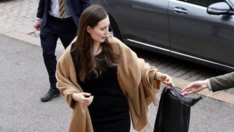 Pääministeri Sanna Marin saapui hallituksen kokoukseen Säätytalolle vähän ennen kymmentä maanantaina.