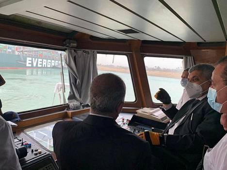 Viranomaiset pohtivat Ever Given -laivan irroittamista.