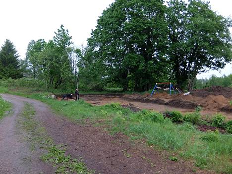 Alueella on sijainnut Uotilan vanha kylä, jonka 1800–1900-lukujen aikaisia jäänteitä tutkijat tarkastelivat. Kivikautiset esineiden palaset löytyivät sattumalta.