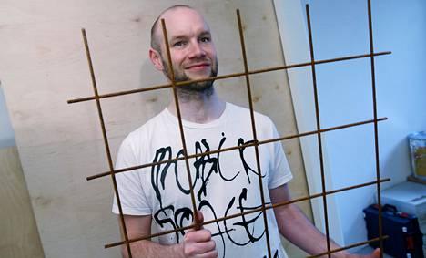 Aktivistiresidenssin sisustuksessa käytetään mielikuvitusta. Perustaja Juha Huuskonen siirtää keittiönaulakoksi tarkoitettua metallikehikkoa.
