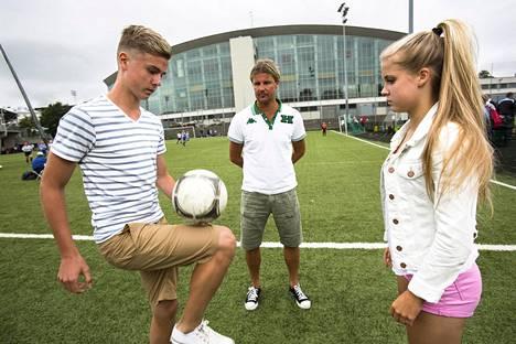 Rami Rantanen seurasi kesällä 2013, kun hänen 15-vuotiaat kaksosensa Daniel ja Amanda pallottelivat Töölön pallokentällä.