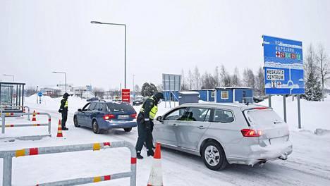 Rajavartijat tarkistavat autoilijoiden henkilöllisyyksiä Suomen ja Ruotsin rajalla Tornion ja Haaparannan välisellä rajanylityspaikallla, Torniossa torstaina.