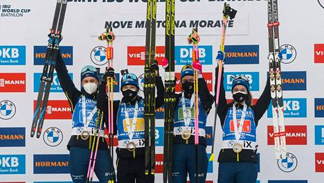 Elvira Öberg (vas.), Linn Persson, Hanna Öberg ja Mona Brorsson juhlivat torstaina cupvoittoa.