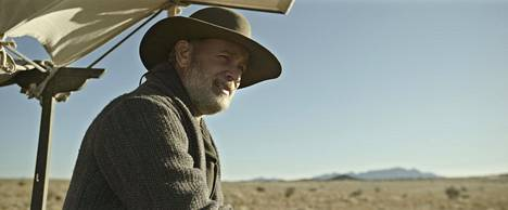 Jefferson Kyle Kidd (Tom Hanks) on sisällissodan veteraani, joka ansaitsee leipänsä kiertämällä kaupungista toiseen lukemassa uutisia.