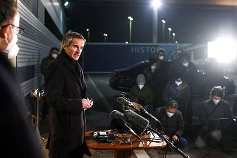 IAEA:n pääjohtaja Rafael Grossi Itävallan Wienin lentokentällä pidetyssä tiedotustilaisuudessa myöhään sunnuntai-iltana, kun Grossi palasi vierailulta Iranista.