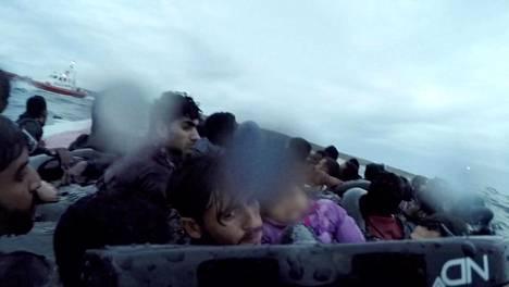 Italian rannikkovartiosto pelasti Eurooppaan pyrkineitä siirtolaisia Välimereltä marraskuussa 2019. Maahanpyrkijöiden vene oli kaatunut hetkeä aiemmin.