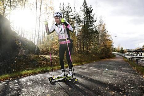 Ampumahiihtäjä Laura Toivanen rullahiihtolenkillä syksyllä 2019.