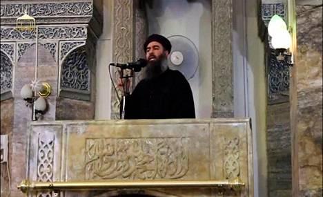 Kuvakaappaus videolta, jossa Abu Bakr al-Bagdadiksi uskottu mies julistaa Isisin niin sanotun kalifaatin perustetuksi moskeijan puhujakorokkeelta Mosulissa heinäkuussa 2014.