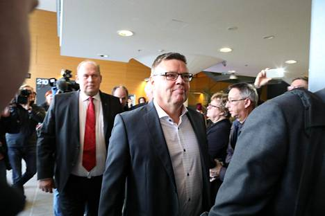 Helsingin huumepoliisin entinen päällikkö Jari Aarnio saapui Helsingin käräjäoikeuteen tiistaina.