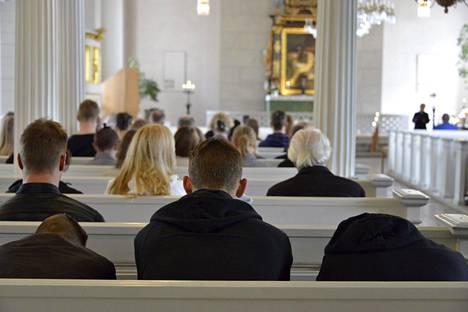 Nuoria kynttilähartaudessa Tammisaaren kirkossa kesällä 2017.