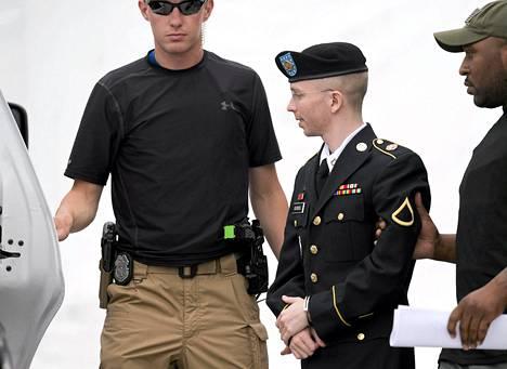 Sotamies Bradley Manningia saatettiin tiistaina pois oikeuden istunnosta Fort Meadessa Yhdysvalloissa.