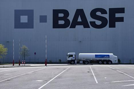 BASF-yhtiön logo varastorakennuksen seinässä Saksan Ludwigshefenissä.