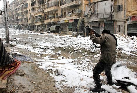 Islamistitaistelija lumisessa Aleppon kaupungissa Syyriassa keskiviikkona.